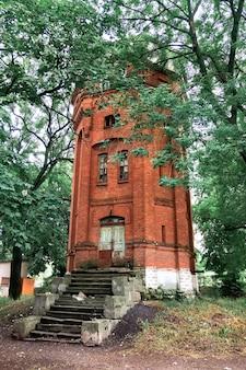 Château d'eau abandonné en brique rouge