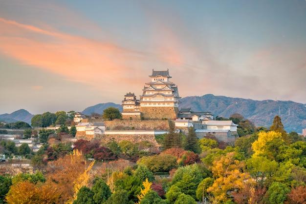 Château de himeji à l'automne au coucher du soleil à himeji, japon