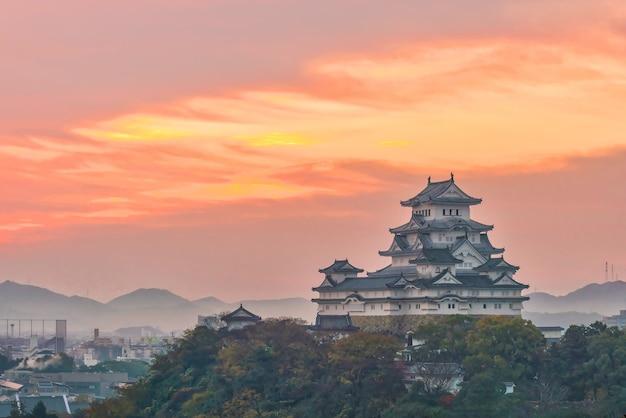 Château de himeji à l'automne au japon au lever du soleil.