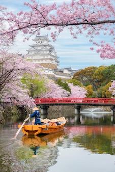 Château de himeji avec belle fleur de cerisier au printemps à hyogo près d'osaka, au japon.