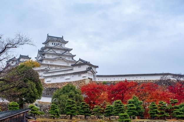 Château de himeji avec ciel bleu en automne