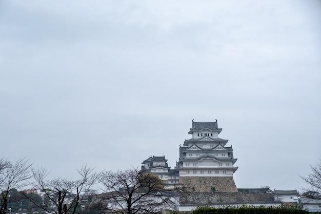 Château de himeji avec ciel nuageux en hiver