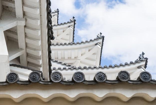 Château japonais couches de toit ciel bleu