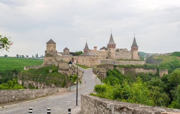 Château de kamianets-podilskyi. vue depuis la vieille ville. ukraine