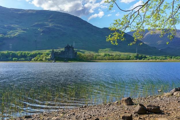 Le château de kilchurn, confié à historic environment scotland, est une structure en ruine sur une péninsule rocheuse à loch awe, argyll and bute, en écosse