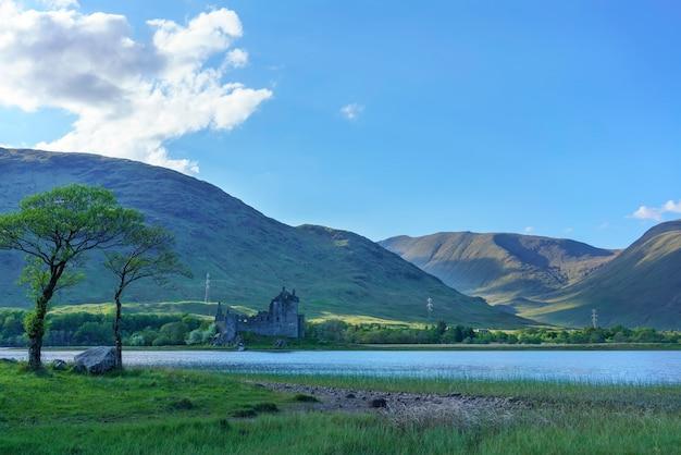 Le château de kilchurn, confié à historic environment scotland, est une structure en ruine sur une péninsule rocheuse à loch awe en été, argyll and bute, ecosse
