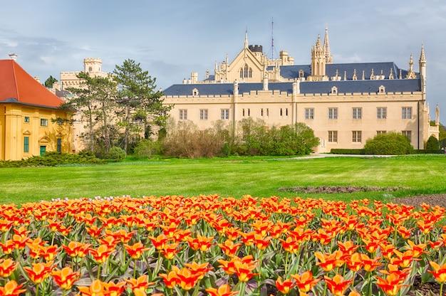 Château lednice avec de jolies fleurs orange au printemps