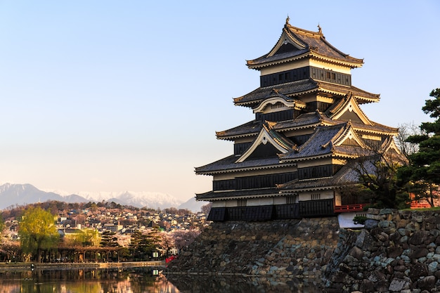 Château de matsumoto avec lumière chaude le matin