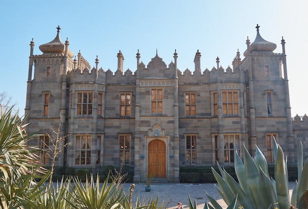 Château médiéval, maison princière, murs en pierre, tours et grandes portes en chêne