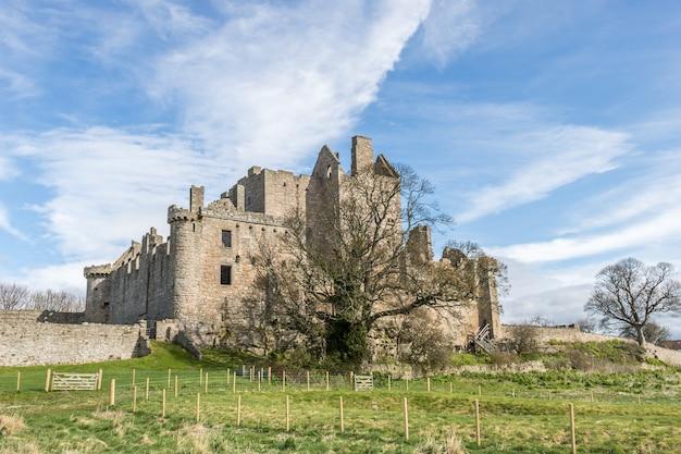 Château médiéval en ruine à édimbourg, écosse