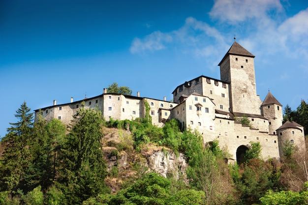 Château médiéval de tures dans la vallée d'aurina