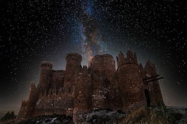 Château médiéval avec voie lactée