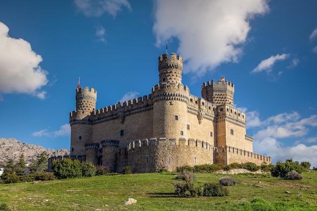 Château De Mendoza Vu Du Jardin Photo Premium