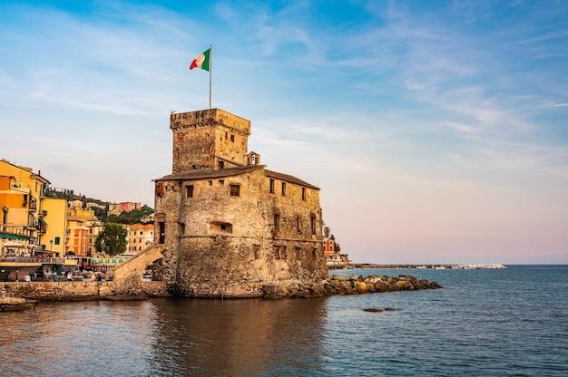 Le château sur la mer, construit au xvie siècle, dans le village de rapallo sur la riviera italienne