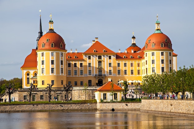 Le château de moritzburg est un palais baroque à moritzburg, vue panoramique