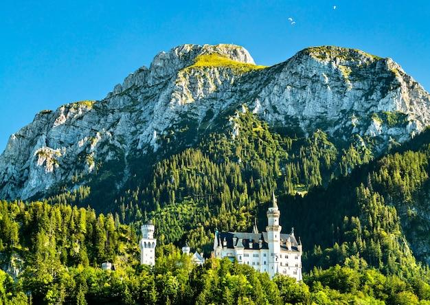 Château de neuschwanstein sur une colline dans les alpes bavaroises, allemagne