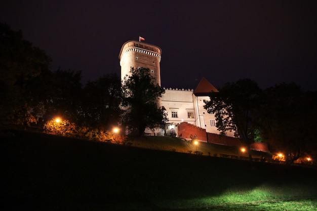Le château de nuit dans la ville de cracovie en pologne