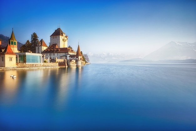 Château d'oberhofen sur le lac de thoune, suisse