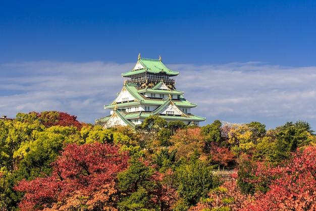 Château d'osaka en automne sous un beau ciel bleu