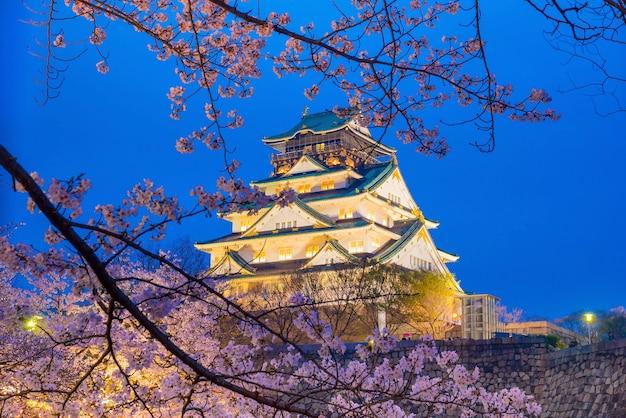 Château d'osaka avec pleine floraison de sakura au japon