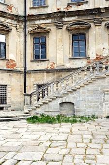 Le château de pidhirtsi est un château-forteresse résidentiel situé dans l'ouest de l'ukraine, à quatre-vingts kilomètres à l'est de lviv.