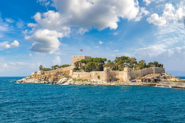 Château de pirate sur l'île aux pigeons à kusadasi en turquie