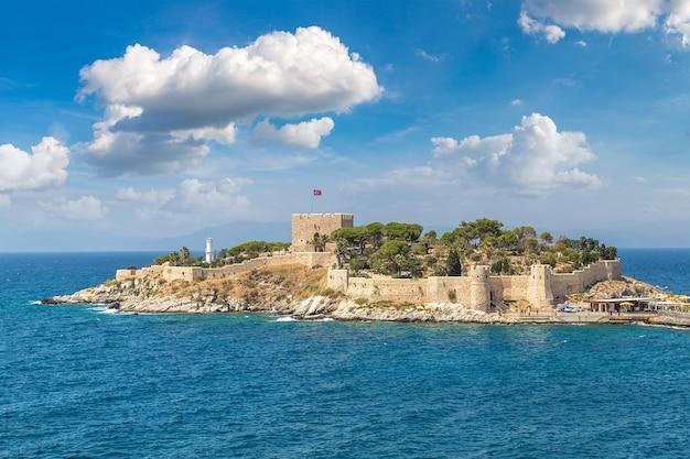 Château de pirates sur l'île aux pigeons à kusadasi, turquie