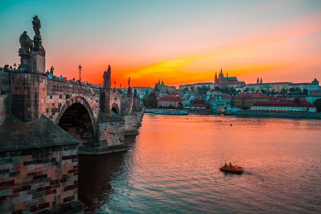 Château de prague et pont charles au coucher du soleil