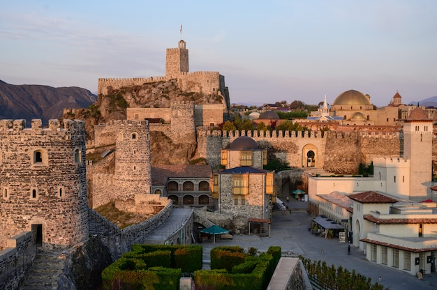 Le château de rabati la nuit à akhaltsikhe, géorgie.