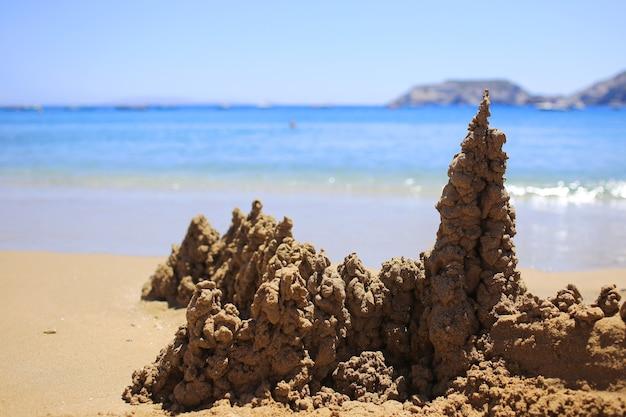 Château de sable au bord de la mer