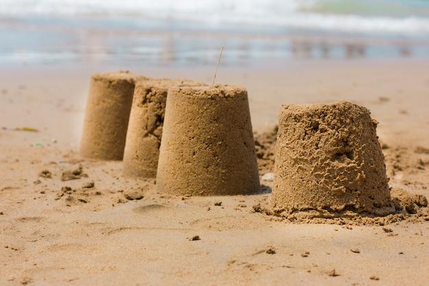 Château de sable sur la plage au bord de la mer
