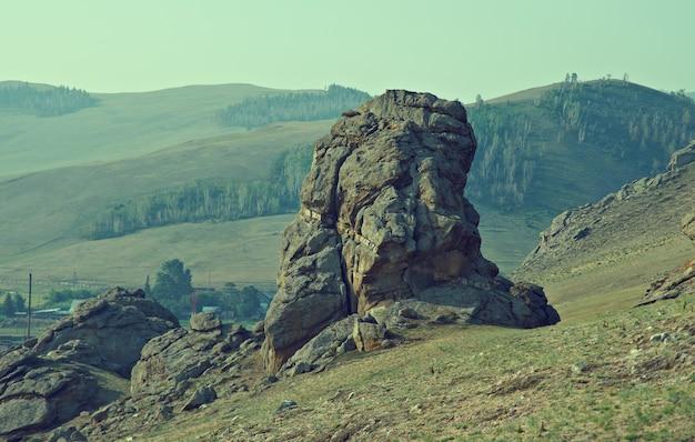 Château saxon - rochers au village de suvo vallée de bargouzine, bouriatie, russie,
