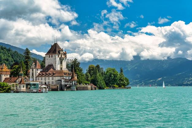Château de spiez sur les rives du lac de thoune en suisse