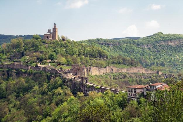 Château de tsarevets en bulgarie. ville historique de veliko tarnovo, attraction touristique
