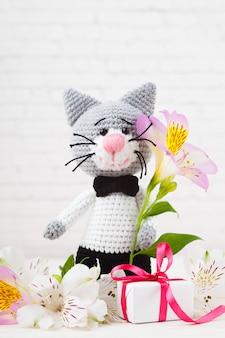 Chats tricotés, couple, jouets. fait à la main, amigurumi. fond blanc, carte postale. diy
