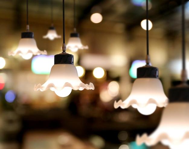 Chaud éclairage des plafonniers modernes dans le café.