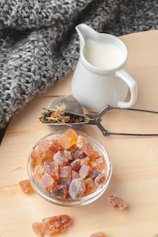 Chaud masala chai, thé au lait versé en gros plan