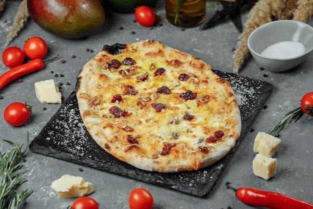 Chaud quatre fromages délicieuse pizza américaine maison rustique avec croûte épaisse