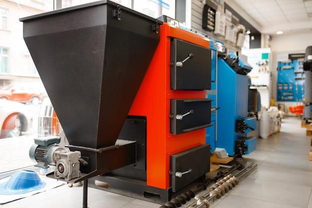 Chaudière de chauffage avec four, local de plomberie. atelier d'ingénierie sanitaire professionnel, personne, technologie de plomberie moderne