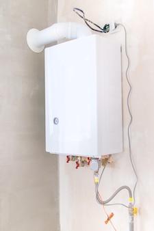 Chaudière à gaz sur le mur de la maison. mise au point sélective.