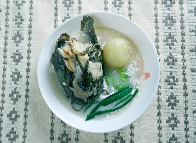 Chaudrée de maïs de poisson-chat - soupe épicée avec poisson-chat.