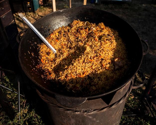 Chaudron à haute vue avec riz sauvage