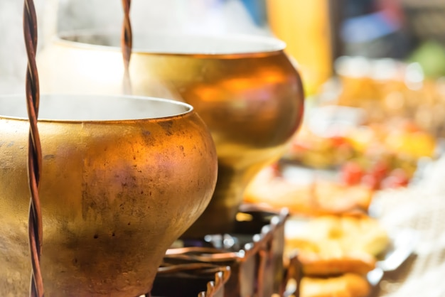 Chaudrons en laiton bouillants ou gros pots sur le festival de la cuisine de rue