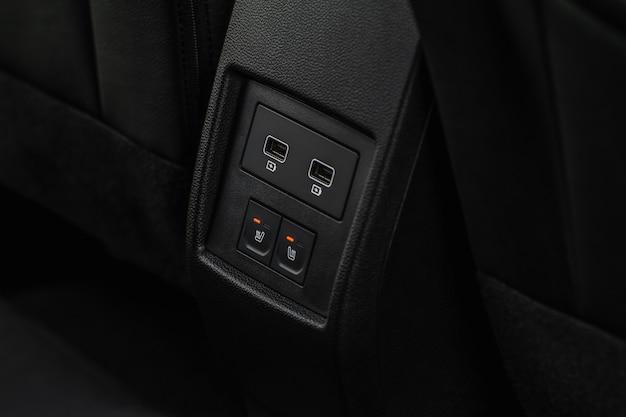 Chauffage des sièges de la voiture allumé. bouton de chauffage du siège auto.