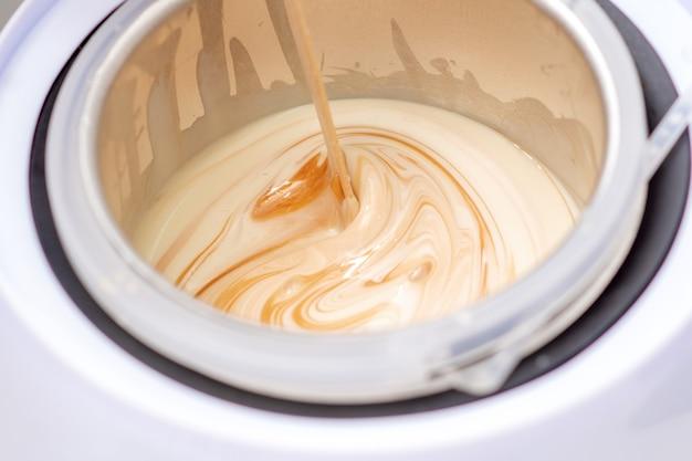 Chauffe-cire électrique ou chauffe-cire avec cire fondue pendant le chauffage à l'intérieur du bol