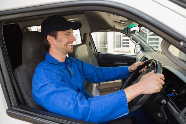 Chauffeur-livreur souriant dans sa camionnette