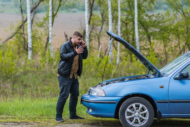 Un chauffeur nerveux appelle le centre d'assistance par téléphone