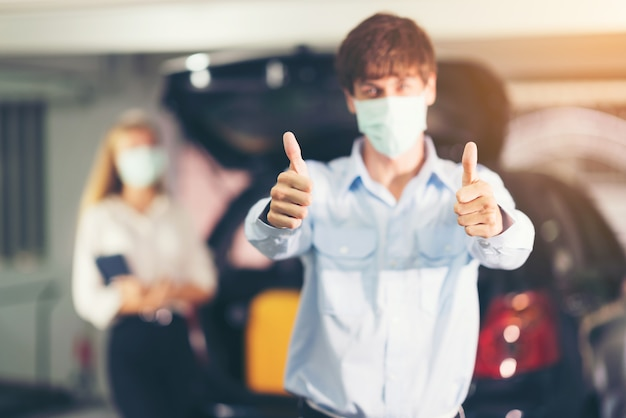 Chauffeur de taxi avec masque montrant signe ok