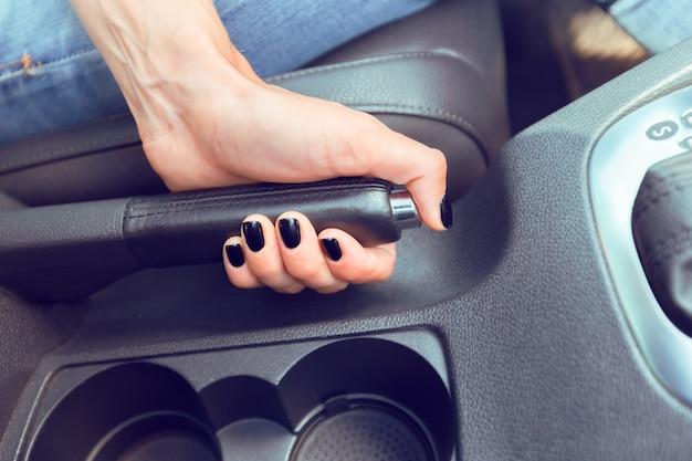 Chauffeuse conduisant une voiture