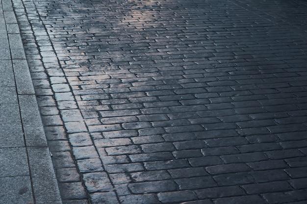 Chaussée de pierre avec le soleil à tolède, en espagne. texture ou fond